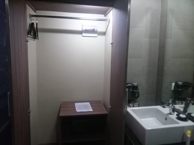 Bathroom Berry Biz Hotel;