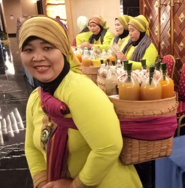 Ibu Lasmi, Jamu Gendong Lestari. Phoro by: www.sarinovita.com